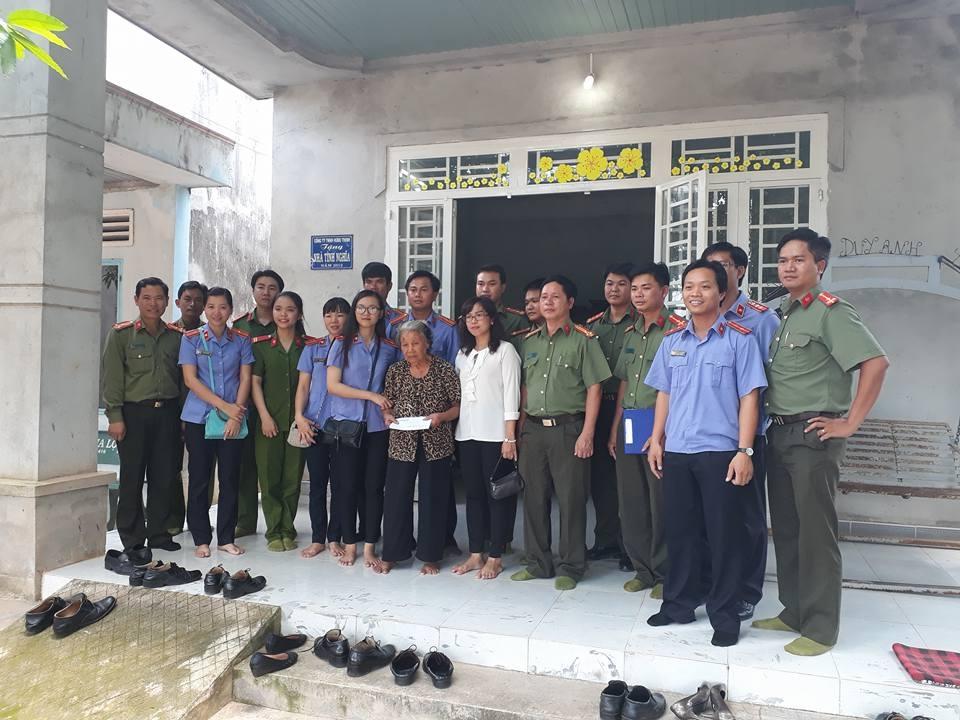 Chi đoàn tặng quà cho Mẹ Việt Nam anh hùng